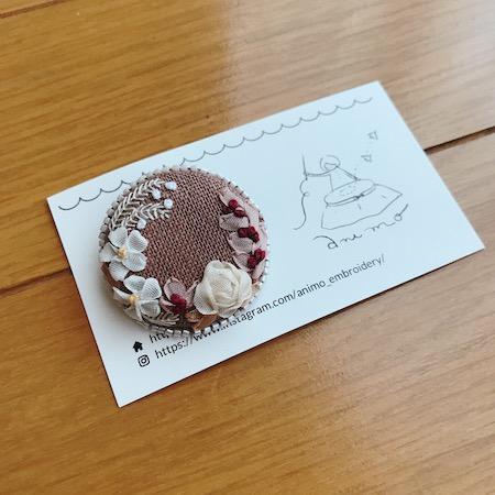 リボン刺繍くるみぼたんブローチ