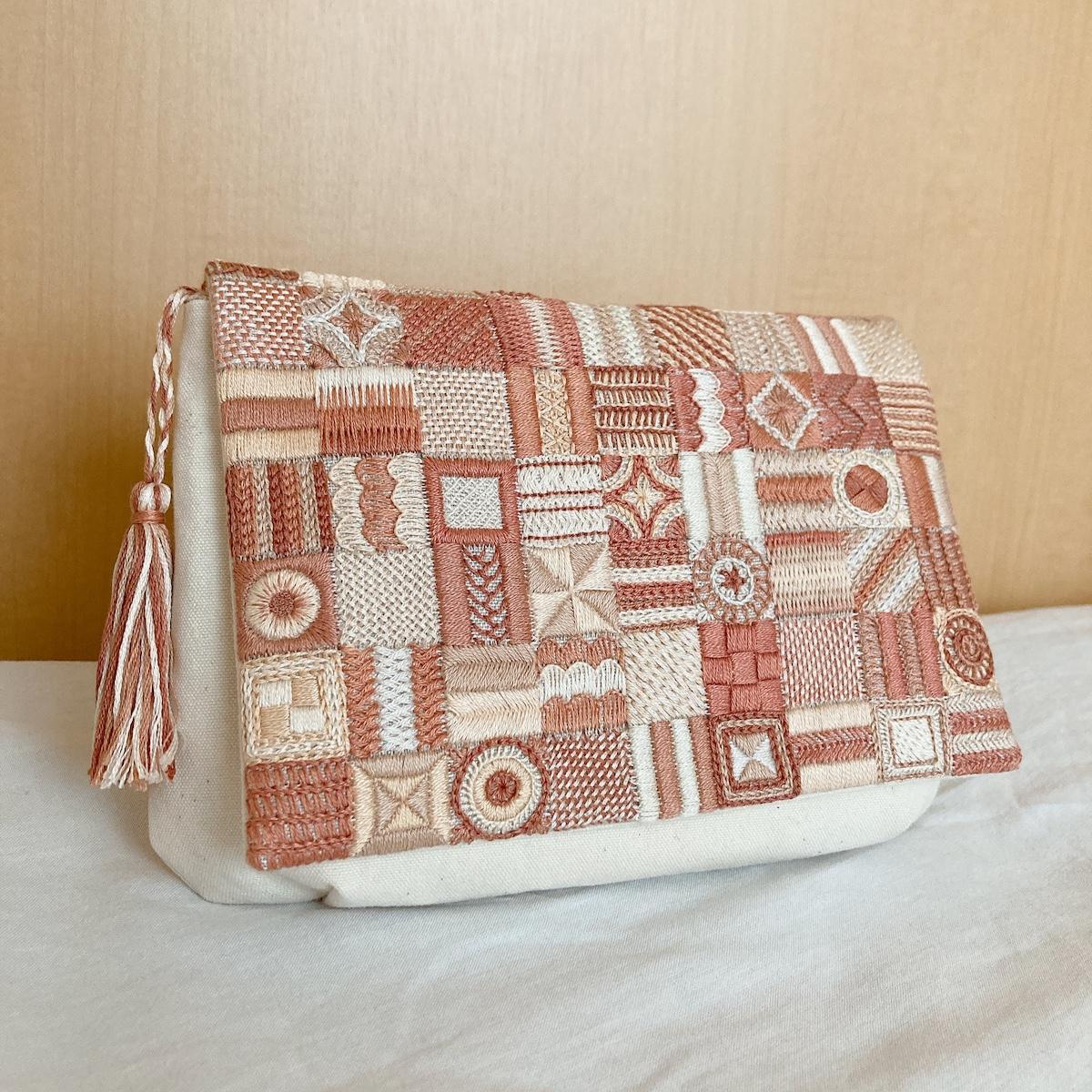 パッチ刺繍のクラッチバッグ